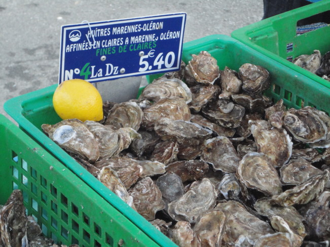 Saturday market at Orthez, with a selection of oysters from Aquitaine